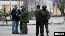 Tentara Rusia memeriksa wartawan di kota Simferopol, semenanjung Crimea (foto: dok). Rusia dipandang terburuk karena melakukan intervensi di Ukraina.