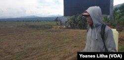 Dirman (51) menatap ke arah areal persawahan yang tidak lagi dapat difungsikan untuk menanam padi karena tidak adanya pasokan air dari saluran irigasi Gumbasa yang rusak akibat peristiwa gempa bumi 28 September 2018 silam. (10 Juli 2019). (Foto: VOA/Yoane