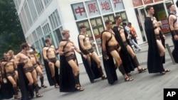 Kelompok 'Laskar Spartan' yang terdiri dari sekitar 40 anak muda berjalan di sebuah plaza di Beijing, Rabu (22/7).