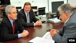 El subsecretario de estado Valenzuela y el embajador estadounidense en Uruguay, David Nelson, se reunieron con el presidente de Uruguay, Jose Mujica.
