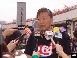 立法会议员、支联会主席李卓人接受媒体采访