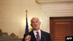 Thủ tướng Hy Lạp George Papandreou kêu gọi quốc hội nhanh chóng thông qua dự luật cắt giảm chi tiêu và tăng thuế của ông để tránh tình trạng phá sản và nợ nần
