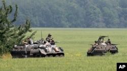 30일 우크라이나 동부 슬로뱐스크에서 정부군 소속 전차가 이동 중이다.