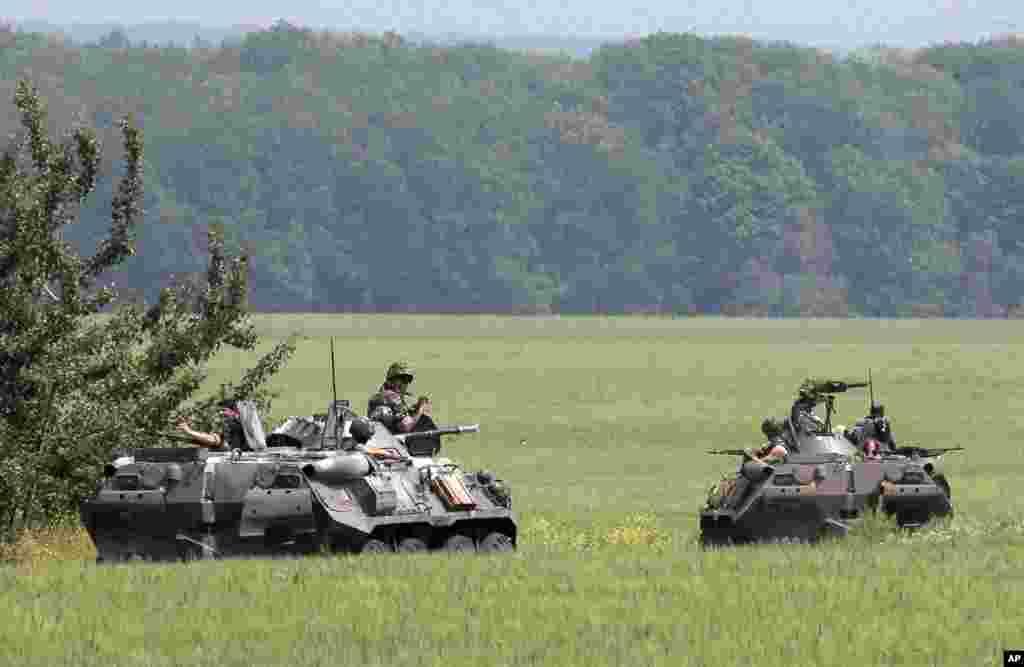 Members of the Ukrainian army inspect an area near Slovyansk, Ukraine, May 30, 2014.