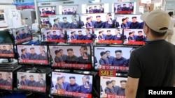 韩国首尔一家电器商店里的电视在播报朝鲜最新核试验。(2017年9月3日)