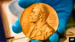 Huy chương giải thưởng Nobel văn học trao cho cố tiểu thuyết gia Gabriel Carcia Marquez, ở Bogota, Colombia, trong bức ảnh chụp ngày 17/4/2015. Giải Nobel văn học năm 2018 và 2019 sẽ được công bố sau 1 năm gián đoạn.