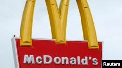 미국 캘리포니아 엔시니타스의 맥도날드 매장 간판. (자료사진)