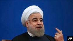 ایرانی صدر حسن روحانی تہران میں ایک پریس کانفرنس میں جوہری معاہدے پر اپنے ملک کا دفاع کررہے ہیں۔ 17 جنوری 2017