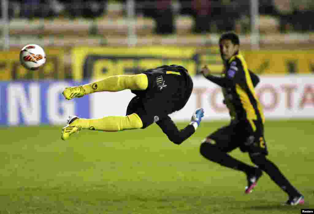 Bolivia's The Strongest goalkeeper Daniel Vaca tries to stop the ball against Brazil's Sao Paulo FC during their Libertadores Cup soccer match in La Paz, Bolivia, Apr. 4, 2013.
