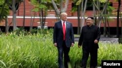 Tổng thống Mỹ Donald Trump (trái) và Lãnh đạo Triều Tiên Kim Jong Un gặp nhau tại hội nghị thượng đỉnh ở Singapore vào ngày 12/6/2018.