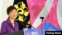 박근혜 한국 대통령이 28일 서울 올림픽공원 체조경기장에서 열린 제16기 민주평화통일 자문회의 전체회의에 참석해 인사말을 하고 있다.