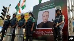 Polisi Bangladesh berjaga di depan Hotel Pan Pacific Sonargaon di Dhaka, sesaat setelah sebuah bom meledak di luar hotel tersebut,Senin (4/3). Presiden India Pranab Mukherjee menginap di hotel Pan Pasific Sonargaon selama melakukan kunjungan kenegaraan di Bangladesh, saat terjadinya insiden itu.