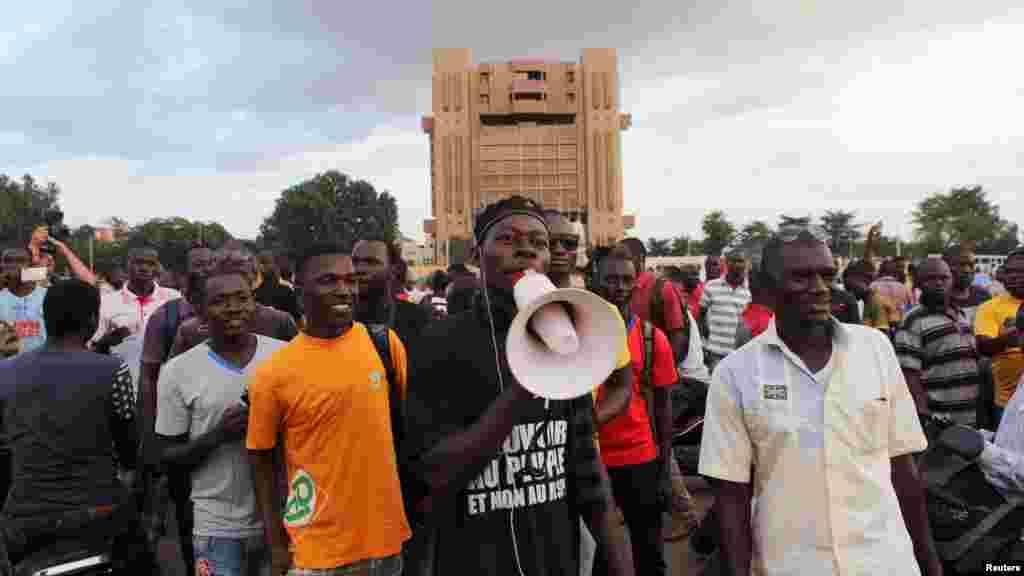 Desmanifestants scandent des slogans contre la garde présidentielle à Ouagadougou, au Burkina Faso, 16 Septembre, 2015.