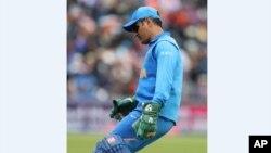 بھارتی کرکٹر دھونی کے گلوز پر فوجی نشان دیکھا جا سکتا ہے۔
