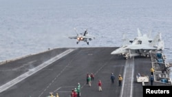 지중해에 배치된 해리 트루먼 미 항공모함에서 지난 3일 해군 전투기가 이륙하고 있다.