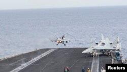 Décollage d'un F/A-18C de la marine de guerre américaine du porte-avion USS Harry S. Truman, le 3 juin 2016