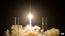 Roket Falcon 9 SpaceX lepas landas dari Pangkalan Angkatan Udara Cape Canaveral, Florida (22/5). Peluncuran roket ini merupakan misi penerbangan pertama sebuah perusahaan swasta ke stasiun antariksa (ISS).
