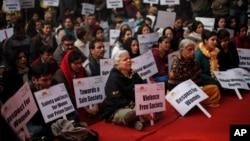 Chants et prières pour la mémoire d'une jeune étudiante violée et tuée en décembre 2012 à New Delhi en Inde / 5 janvier 2013