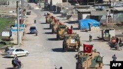 Türkiyənin hərbi maşıları Suriyanın şimalında İdlib vilayətinin Saraqib şəhəri yaxınlığındakı təhlükəsizlik zonasında patrul zamanı, 8 mart, 2019.