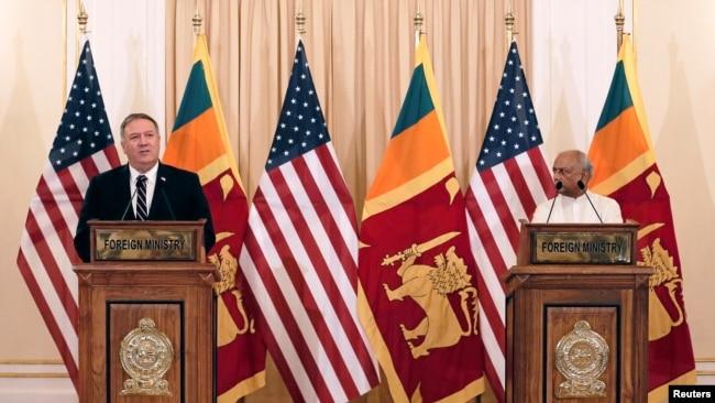 美国国务卿蓬佩奥与斯里兰卡外长古纳瓦德纳2020年10月28日共同见记者(路透社)