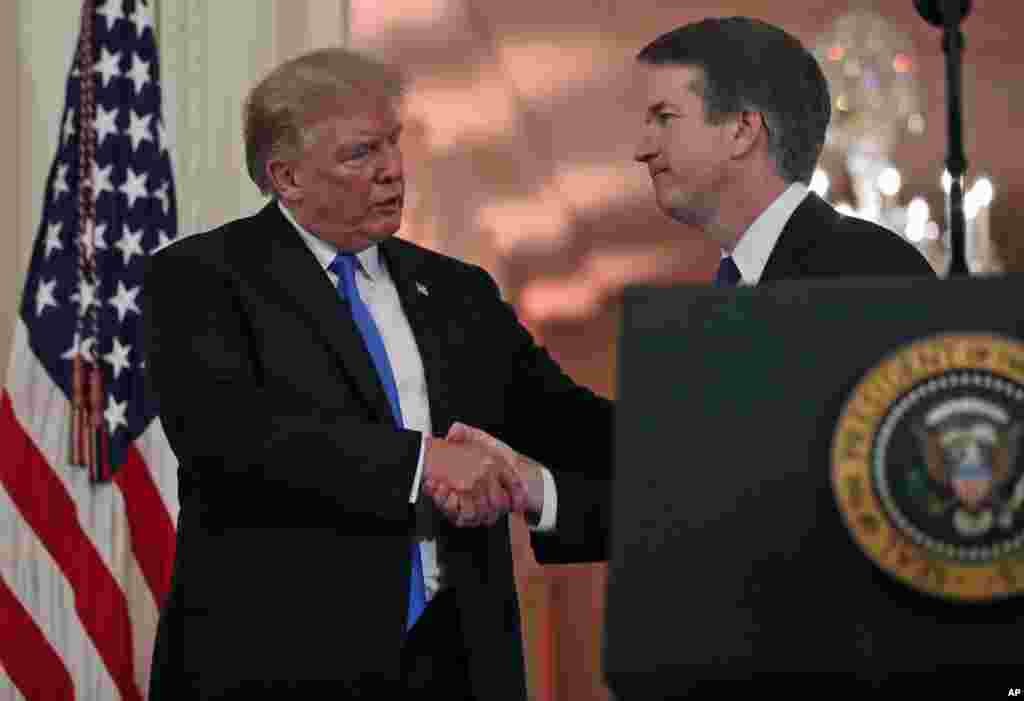 도널드 트럼프 미국 대통령(왼쪽)이 워싱턴 백악관 이스트룸에서 보수 성향의 브렛 캐버노 워싱턴DC 연방항소법원 판사를 지명한 후 악수하고 있다.