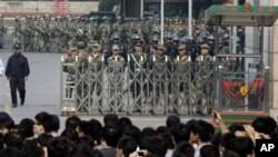 중국 동부 저장성 닝보시 정부 청사앞에서 석유화학 공장 증설에 반대하며 경찰과 대치중인 시민들