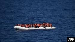 Người tị nạn chờ tàu Aquarius của Tổ chức Y sĩ Không Biên giới đến cứu, ngày 24/3/2016 tại Địa Trung Hải