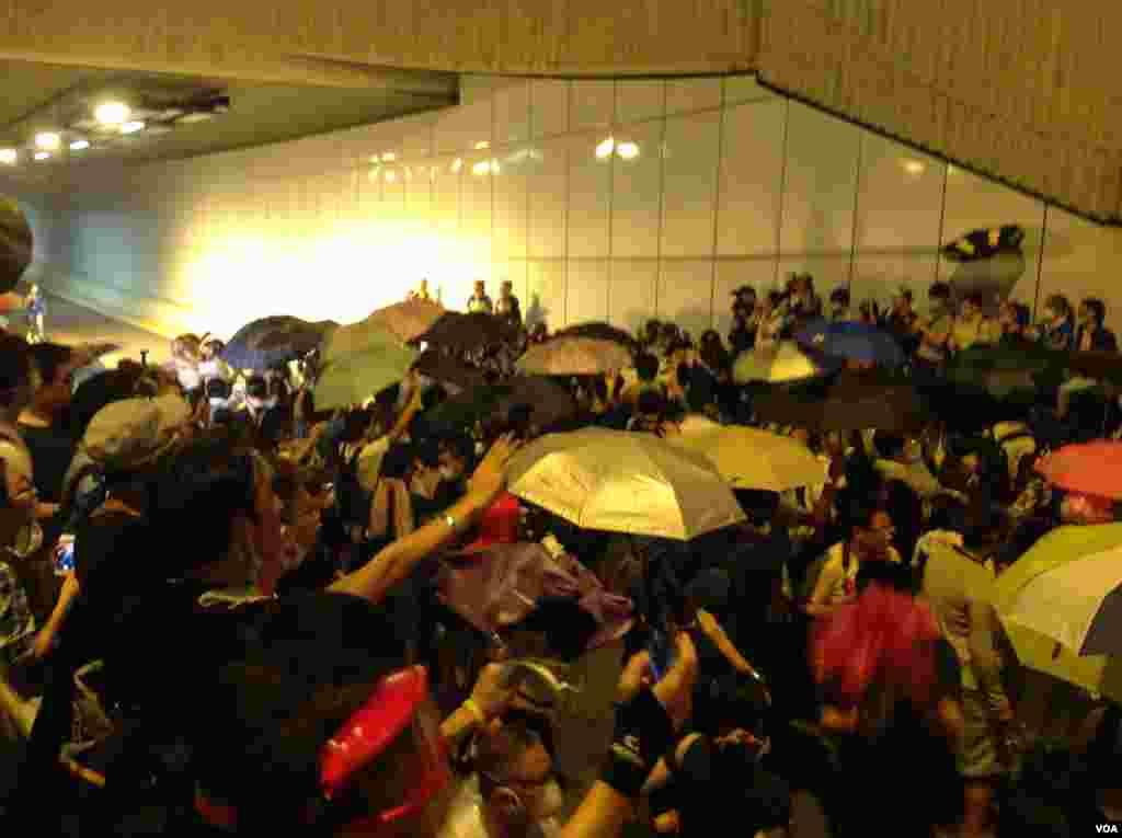 10月14日晚數以百計的香港示威群眾和警察對峙,警方驅之不散(美國之音海彥拍攝)
