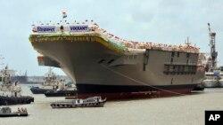 印度自行建造的航母8月12日下水後停靠在科欽造船廠的船塢