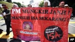 Các nhà hoạt động Malaysia biểu tình bên ngoài trụ sở Quốc hội chống Luật Nội an năm 1960, một đạo luật hà khắc được sử dụng lâu nay để bắt giữ các lãnh đạo đối lập và những người chỉ trích chính phủ mà không đưa ra xét xử