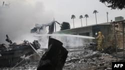 Pemadam kebakaran kota Napa menyemprotkan buss ke api di sebuah rumah setelah gempa berskala 6,0 terjadi di Napa, California, 24 Agustus 2014.