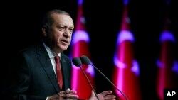 ترک صدر رجب طیب ایردون انقرہ میں ایک دفاعی صنعنت کی تقریب میں تقریر کر رہے ہیں۔ ترکی شام کی سرحد پر اپنی فوجی قوت میں مسلسل اضافہ کررہا ہے۔ 13 دسمبر 2018