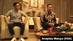 Agus Harimurti Yudhoyono putra sulung mantan Presiden Susilo Bambang Yudhoyono bersama dengan putra Sulung Presiden Joko Widodo Gibran Rakabuming (VOA/Andylala Waluyo)
