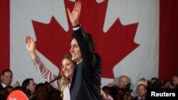 El líder del Partido Liberal, Justin Trudeau, acompañado de su esposa Sophie Gregoire celebra la victoria en Montreal.