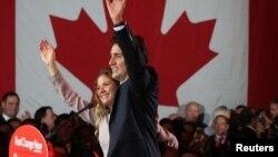自由党领袖贾斯汀·特鲁多(Justin Trudeau)10月19日胜选后在其妻子的陪同下与支持者会面, 并发表胜选讲话。