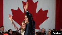Pemimpin Partai Liberal Justin Trudeau bersama istrinya Sophie Gregoire saat memberikan pidato kemenangan usai pemilihan umum di Montreal, Quebec, Kanada (19/10). (Reuters/Christinne Muschi)