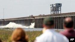 工程人員星期六打開了一個主要泄洪閘門放水