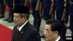 Presiden Tiongkok Hu Jintao (kanan) dan Presiden Indonesia Susilo Bambang Yudhoyono di Balai Rakyat Tiongkok, Beijing (23/3).