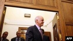 Thủ tướng Hy Lạp George Papandreou bước ra sau cuộc họp Nội các tại quốc hội ở Athens, 6/11/2011
