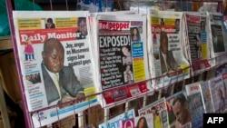 Koran-koran lokal di Uganda yang menampilkan berita mengenai undang-undang anti-homoseksualitas yang ketat (25/2). (AFP/Isaac Kasamani)