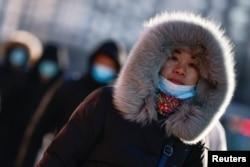 一名婦女走過嚴寒的北京街頭。 (2021年1月6日)