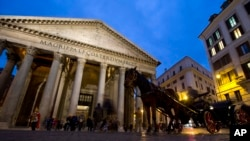 A traditional horse carriage waits for tourists in front of Rome's Pantheon.