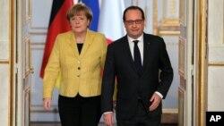프랑수아 올랑드 프랑스 대통령(오른쪽)과 앙겔라 메르켈 독일 총리가 20일 파리에서 회담을 마친 후 기자회견장에 입장하고 있다.
