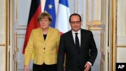 德國總理默克爾和法國總統奧蘭德2月20日抵達巴黎愛麗舍宮舉行記者招待會。