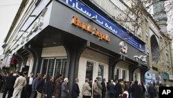 Người Iran đứng xếp hàng chờ bỏ phiếu tại 1 nhà thờ Hồi giáo ở miền đông Tehran, Iran, 2/3/2012