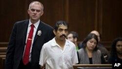 "Conrado Juarez, 52, tersangka pembunuhan ""Baby Hope"" yang berusia empat tahun pada 1991, di pengadilan kriminal New York. (AP/John Minchillo)"