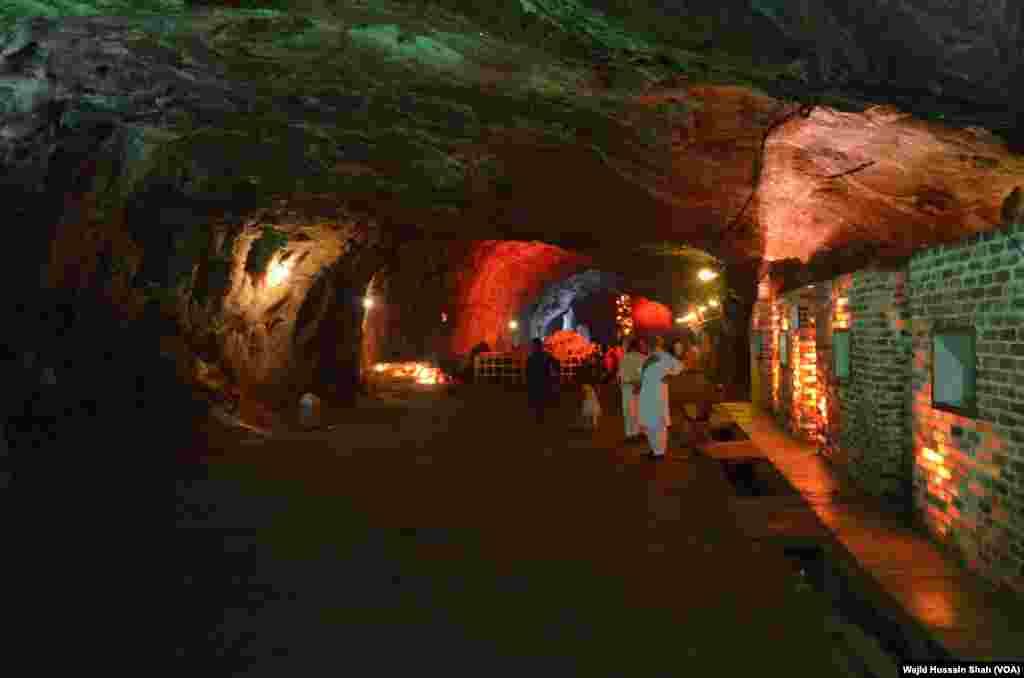 کھیوڑہ کی کان کا اندرونی منظر۔