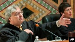 FILE - Judge Alex Kozinski, of the 9th U.S. Circuit Court of Appeals, gestures as Chief Judge Mary Schroeder looks on in San Francisco, Sept. 22, 2003.