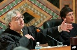 联邦第九巡回上诉法院法官柯辛斯基(左)(2003年9月22日,资料图片)
