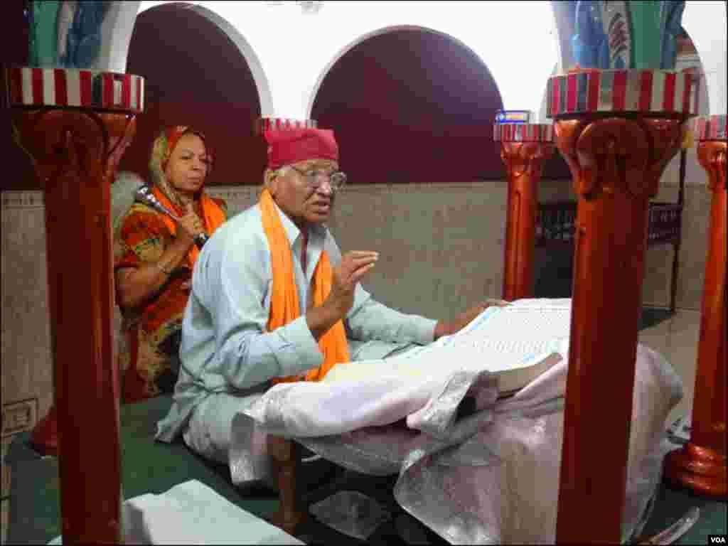 عبادت کے دوران سکھ مذہبی رہنما سکھوں کی مقدس کتاب گرو گرنتھ صاحب پڑھ کر سنارہے ہیں